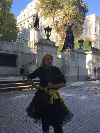 London Walks guide in front of statues of King George and Queen Mary