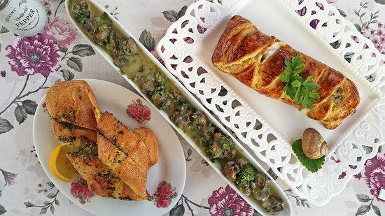 Balgarevo, Bulgarije: The escargot a la Provencal, the roll pastry and the hot bread with herb butter.
