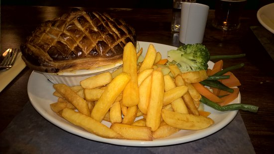 Shiel Bridge, UK: Steak & Ale pie with chips and veg!