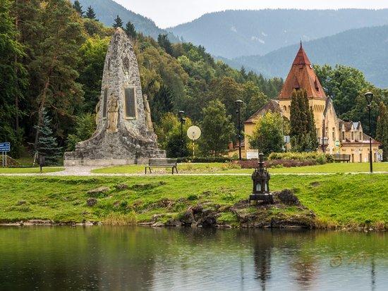 Hrad a Kaštieľ Liptovský Hrádok: Little lake in front of a castle