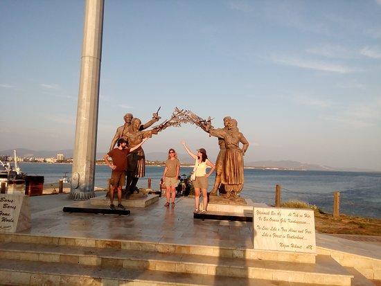 Didim Manastır Koyu: Didim Merkez, Barış Anıtı