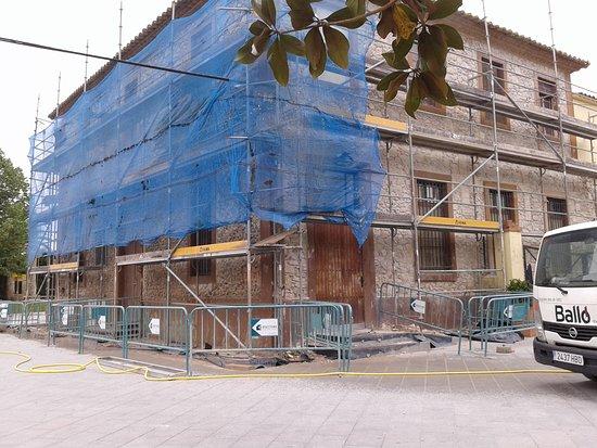 Torroella de Fluvia, Spain: Estaven repicant la façana.