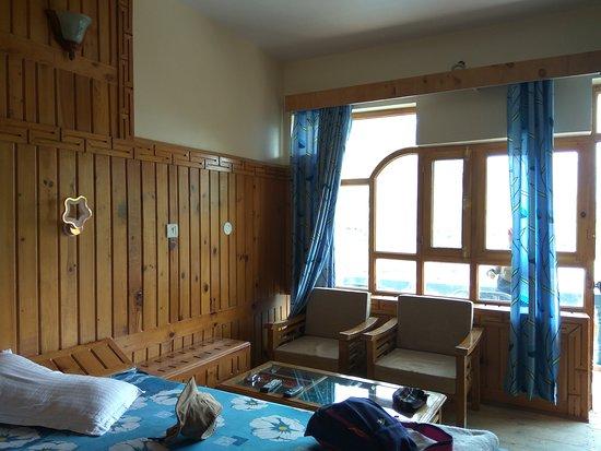 Nako, India: Big room and warm well wood craft decoration