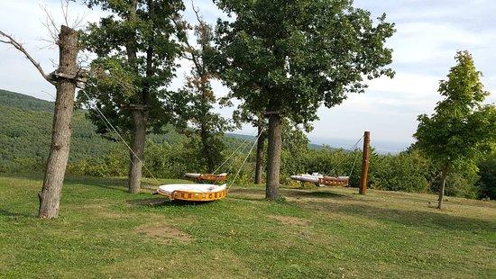 Matrahaza, Венгрия: A kertben nagyon jópofa pihenő (hinta) ágyak vannak.