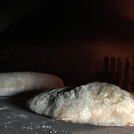 Solbiate Olona, Włochy: Cotto nel forno a legna con farine di grani antichi a km zero! Questo è il nostro pane:poi altri