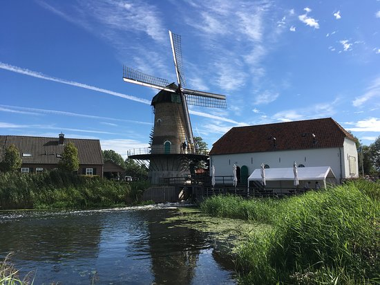 Heeswijk-Dinther, Nederland: Water mill in motion, wind mill not just yet...