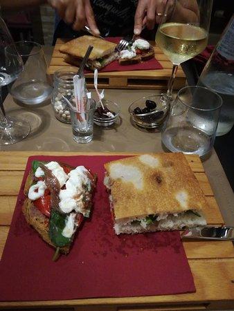 Sciuri e Fava Winebar e Cucina: Panfocaccia e bruschetta