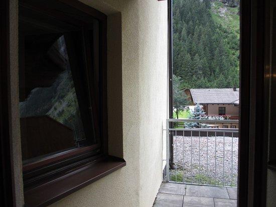 St. Leonhard im Pitztal, Østerrike: ge kon van uit raam van de gang recht in de kamer en op terras kijken