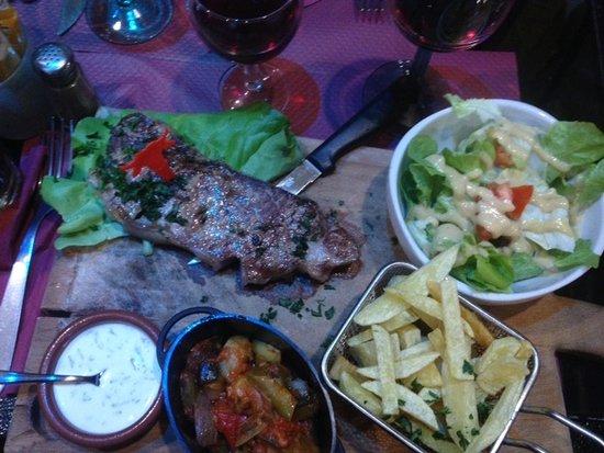 St-Chamond, Frankrike: faux filet frites ratatouilles salade sauce sarasson