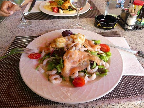 Chexbres, Zwitserland: Salade de saison avec crevettes et saumon. Très bonne