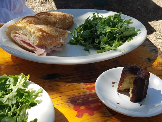 Los Alamos, Californien: Ham and cheese baguette and a canele from Bob's
