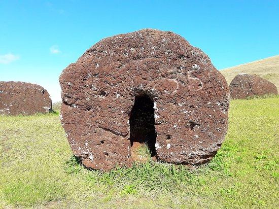 """Puna Pau: foto de um """"cabelo"""" do moai fabricado e inventariado no local"""