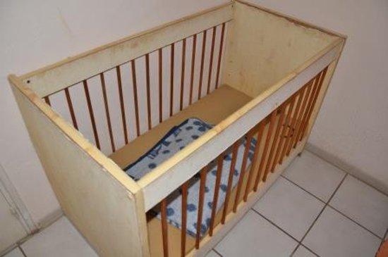 Banu Hotel: lit bébé, sans drap, et le matelas brûlé par un anti moustique et une propreté difficile à quali