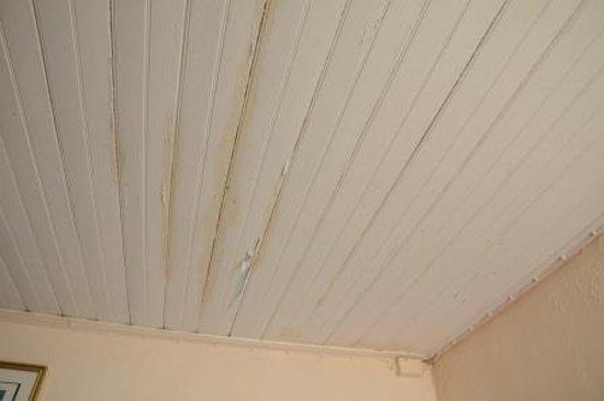 La Foa, Kaledonia Baru: plafond au dessus du lit