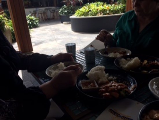 Kinn + Derm: Pleasant Outside Eating Area