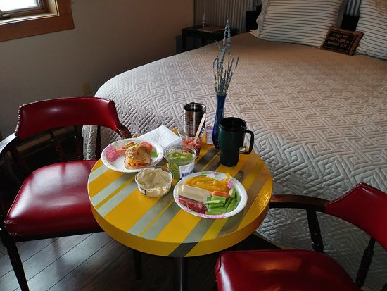 Beach Gables Guesthouse Motel: Our money saving charcuterie lunch. Saving money for dinners out.