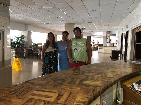 Bella Napa Bay Hotel: with the receptionist Vaso