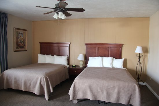 Pittsfield, IL: Original building double queen room