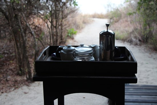 Mahale Mountains National Park, Tanzania: Outdoor patio with breakfast