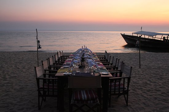 Mahale Mountains National Park, Tanzania: Beachside dining