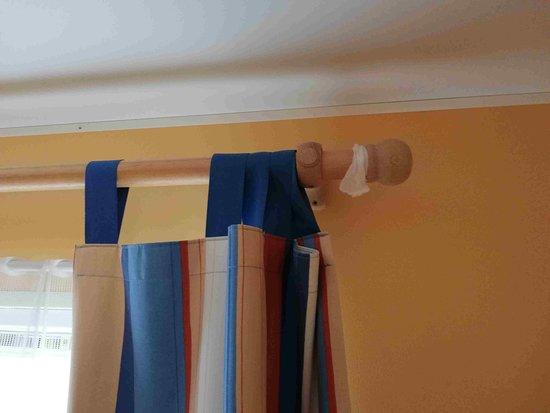 Argol, França: La tringle à rideau ... baladeuse
