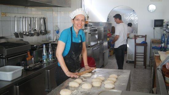 Taverna Romeo : Open keuken, alles netjes, hier zijn ze het deeg aan het maken voor de pitabroodjes