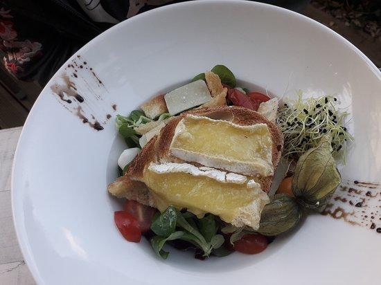 Sable-sur-Sarthe, France: Salade de Brie