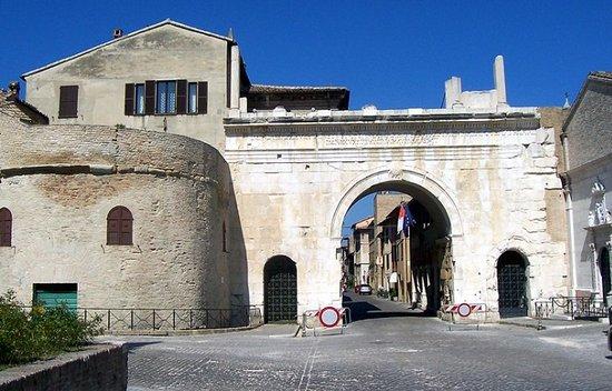 Arco di Augusto: portale di ingresso