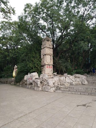 Thousand-buddha Cliff Statues: Statue at the corner of the pavement