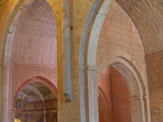 Le Thoronet, France : lumières magiques de l'église