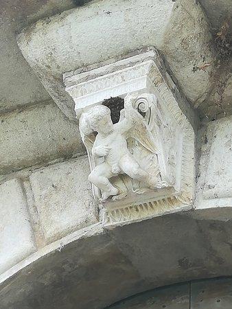 Palazzo di San Giacomo: Palazzo S. Giacomo (Russi, RA): particolare della mensola di un balcone