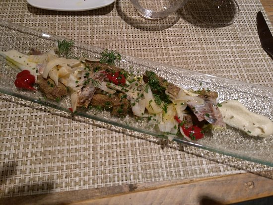 Poboleda, إسبانيا: Jerusalem artichokes puree, tongue, sardines, marinated celery root and red wine sauce