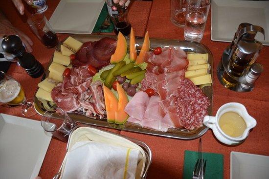 Corippo, Schweiz: Großartige Platte mit Käse, Schinken, Wurst