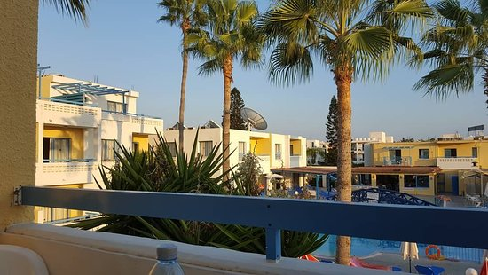 Kefalonitis Hotel Apts.: Kef balcony views from room 422, plus kittens.