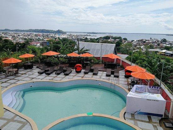 Pare-Pare, Indonesia: vue sur la piscine et la ville depuis la suite au deuxième étage