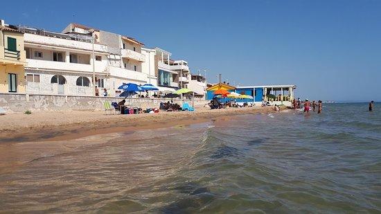 """La Casa del Commissario Montalbano: Spiaggia ocn in fondo il ristorante """"da Enzo"""""""