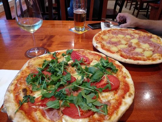 Vilpiano, Italien: Pizza Brie with Schinken & Pizza Hawai