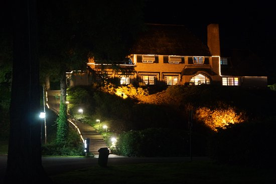 Beekbergen, The Netherlands: Night view of the main building