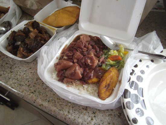 Inglewood, Californie : Small platter of stew peas, side of oxtail, beef patty