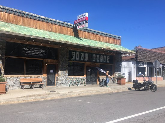 Fort Jones, Californie: Our hog in front on the burgerhouse