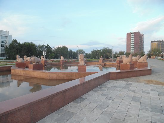 Semey, Kasachstan: fountain with animal sculptures
