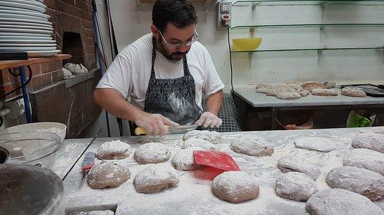 Nurachi, Italy: preparazione dei pani antichi romani
