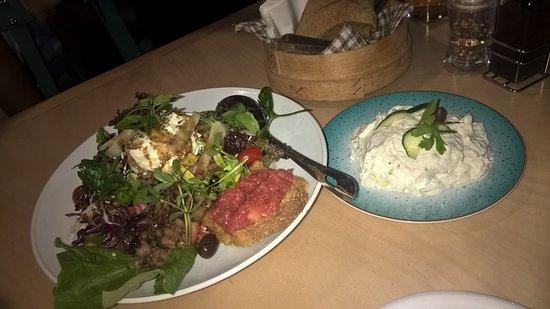 Agia Roumeli, اليونان: Rousios Σαλάτα και τζατζίκι, μοναδικές σπιτικές γεύσεις με αγνά τοπικά προϊόντα