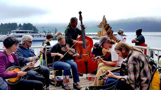 Seldovia, AK: Live music on the deck!