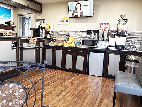 Days Inn by Wyndham Whittier Los Angeles: salle pour le petit déjeuner et également la réception
