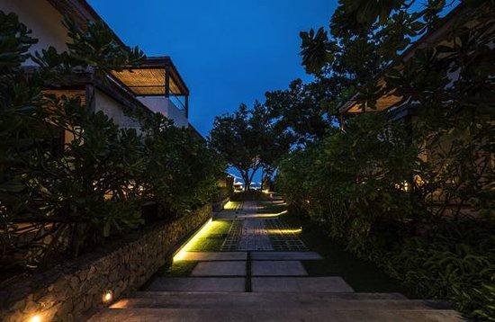 Oceanside Beach Club & Restaurant: Night view of the entrance to the beach club and restaurant.