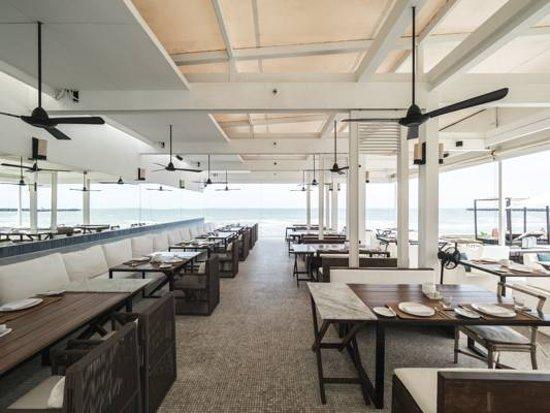 Oceanside Beach Club & Restaurant: Opened air dining room to the Hua Hin ocean.