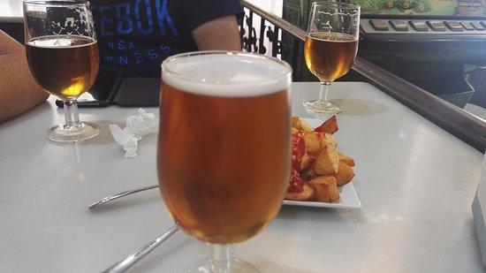 Chella, Spain: Cervezas y patatas bravas.