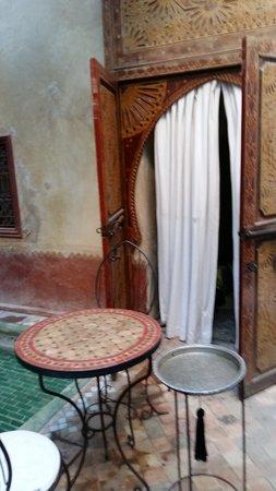 Riad les Inseparables: chambre dans le patio : il faut déranger les clients a table pour y accéder