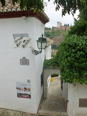 Carmen de Aben Humeya: The entrance with the Alhambra in the background